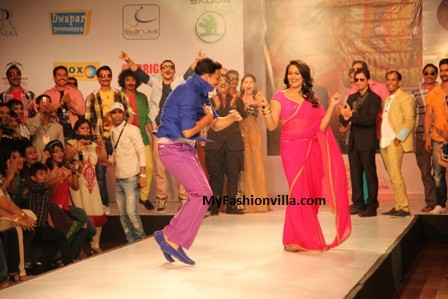 Akshay Kumar & Sonakshi Sinha Arrived at Rajasthan Fashion week for Rowdy Rathore Promotions