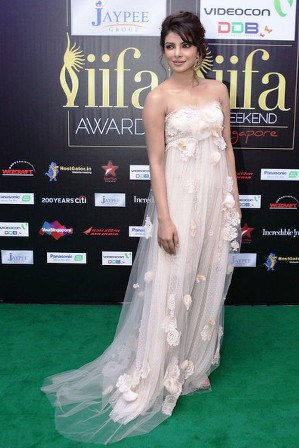 Priyanka-Chopra-At-IIFA-Red-Carpet-2012