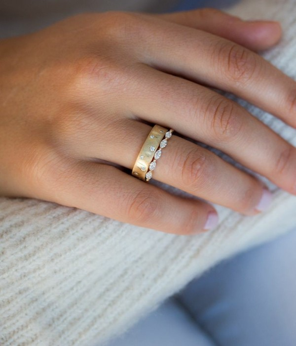 Minimalst Delicate diamond ring